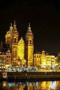 Basilika St. Nikolaus (Sint Nicolaas) in Amsterdam bei Nacht
