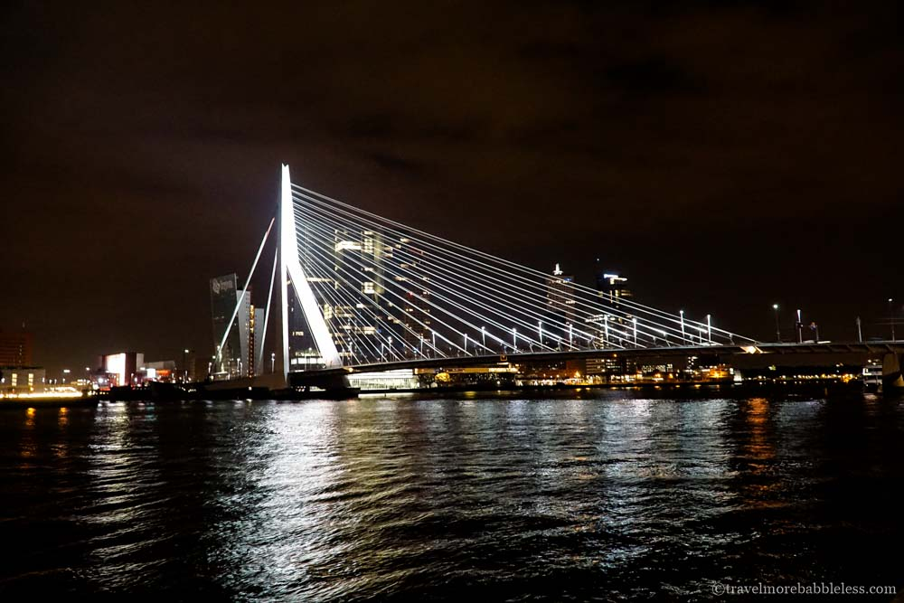 Erasmusbrücke (Erasmusbrug) in Rotterdam bei Nacht