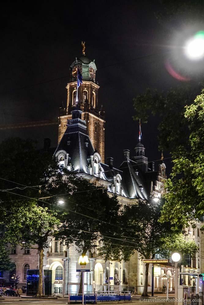 Stadthuis/Rathaus von Rotterdam bei Nacht