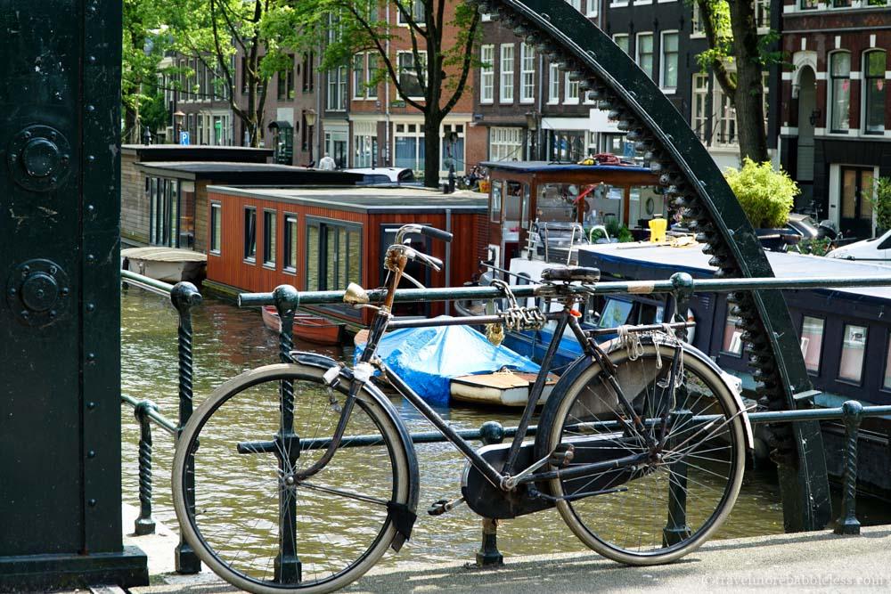 Fahhrad, Grachten und Hausboote in Amsterdam