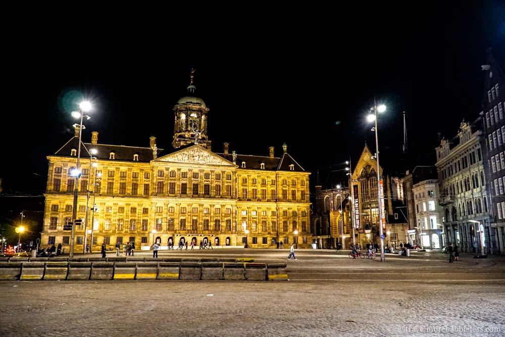Der Königliche Palast (Paleis op de Dam) in Amsterdam bei Nacht