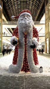 Weihnachtsdekoration vor der Mall of Berlin