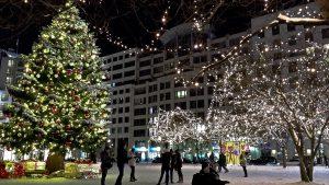 Weihnachtsdekoration vor der LP12 Mall of Berlin