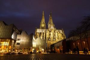 Blick auf Kölner Dom und die Kölner Philharmonie bei Nacht in Köln