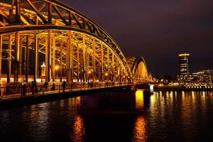 Hohenzollernbrücke (Schlösserbrücke) bei Nacht in Köln