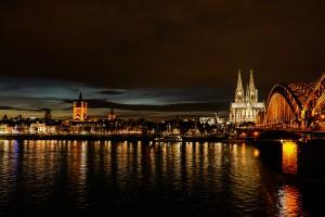Blick auf die Hohenzollernbrücke (Schlösserbrücke) und Kölner Dom bei Nacht