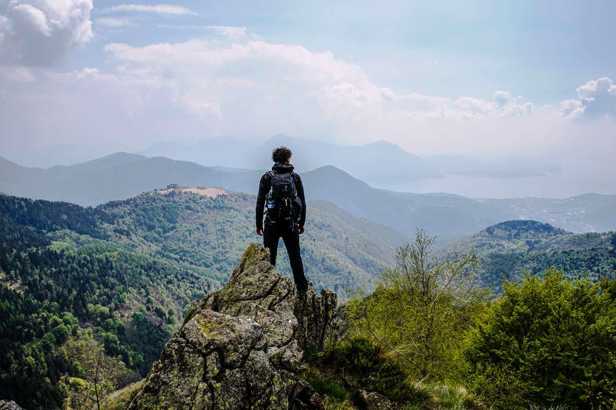Wanderer mit Panoramablick im Val Grande