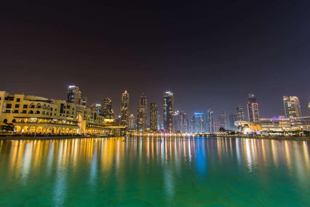 Skyline von Downtown Dubai bei Nacht