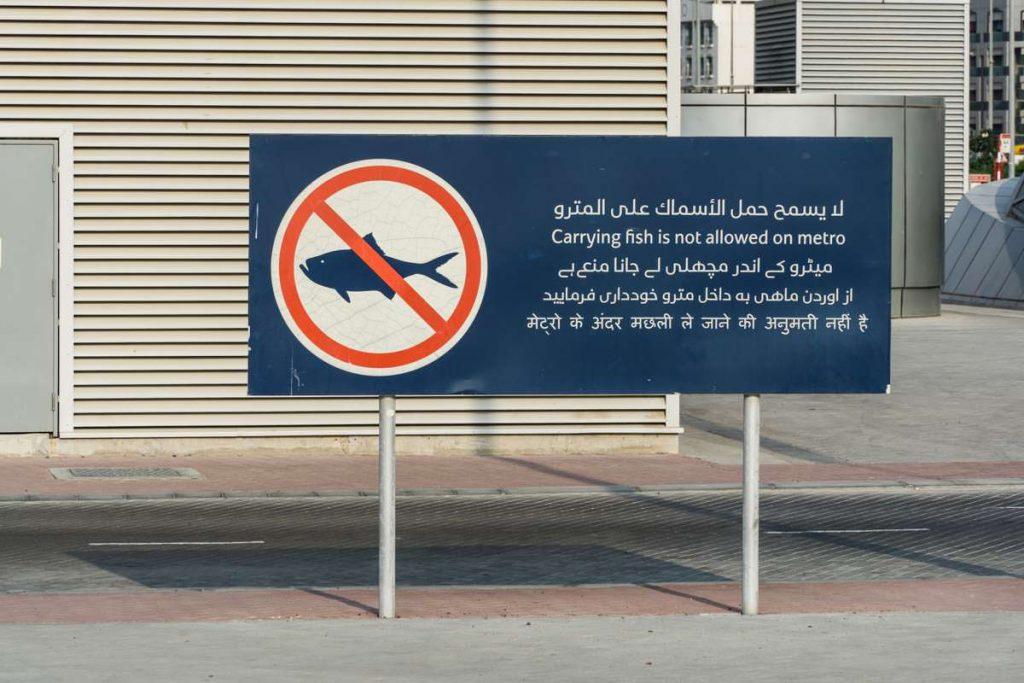 No Fish Schild an der Dubai Metro am Fischmarkt