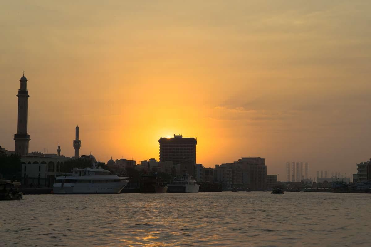 Sonnenuntergang im Hafen von Dubai Creek