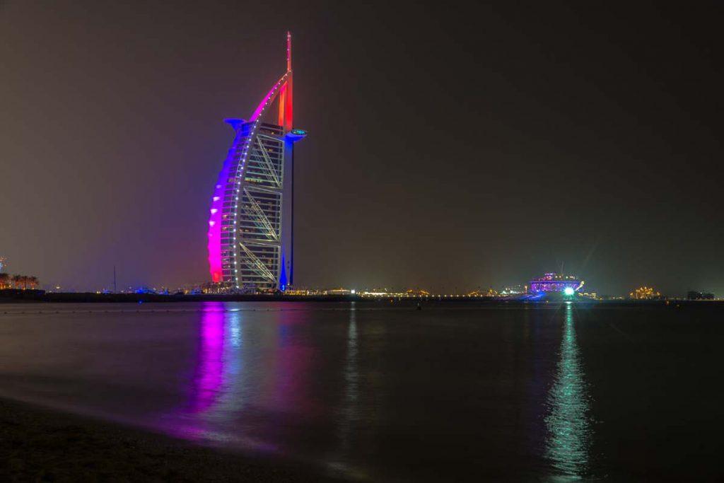 Burj al Arab bei Nacht: eine beliebte Sehenswürdigkeit