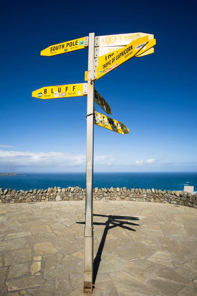 Entfernungsschilder am Cape Reinga in Neuseeland