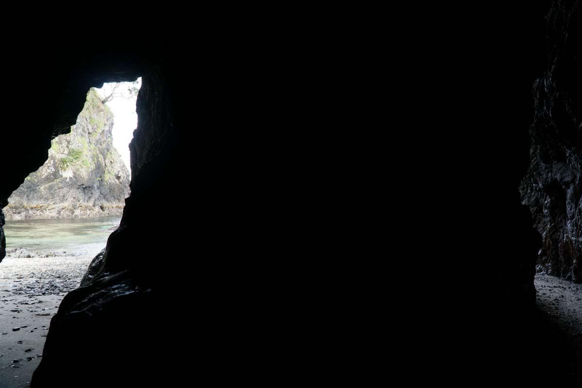 Höhle/Durchgang in der Elliot Bay (Bay of Islands) in Neuseeland