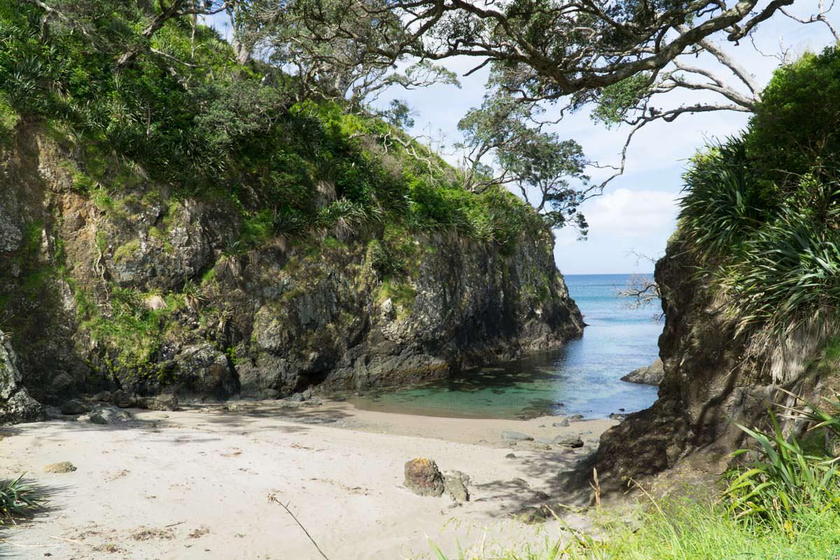 Versteckte Minibucht in der Elliot Bay (Bay of Islands) von Neuseeland