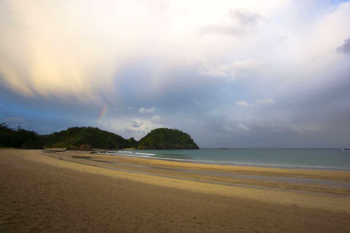 Matapouri Bay mit Regenbogen in Neuseeland