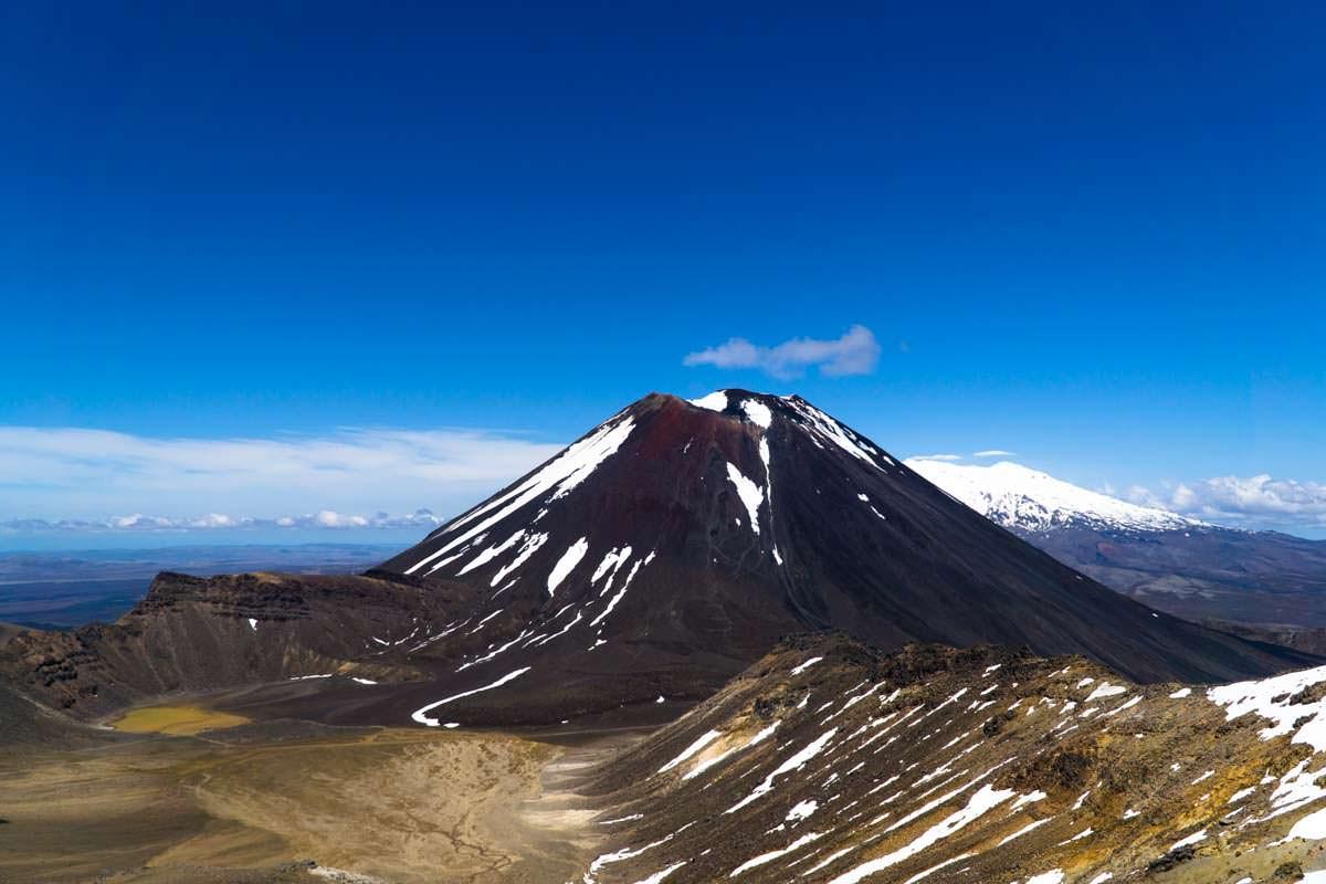 Ausblick vom Gipfel des Mount Tongariro auf den Mount Ngauruhoe mit South Crater und den Mount Ruapehu