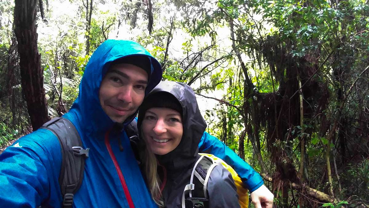 Regen auf dem Huka Falls Track in Neuseeland