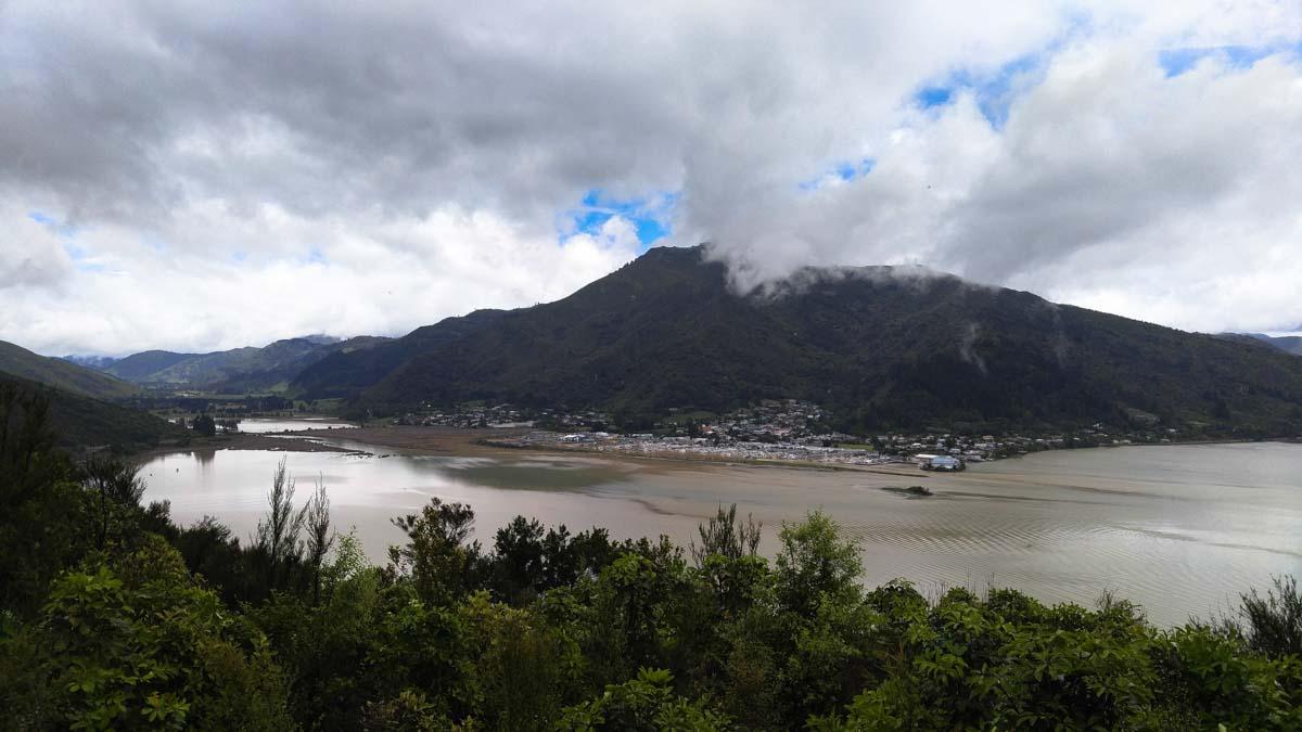 Blick über Havelock vom Cullen Point Coastal Track nach dem 7.8 Erdbeben in Neuseeland