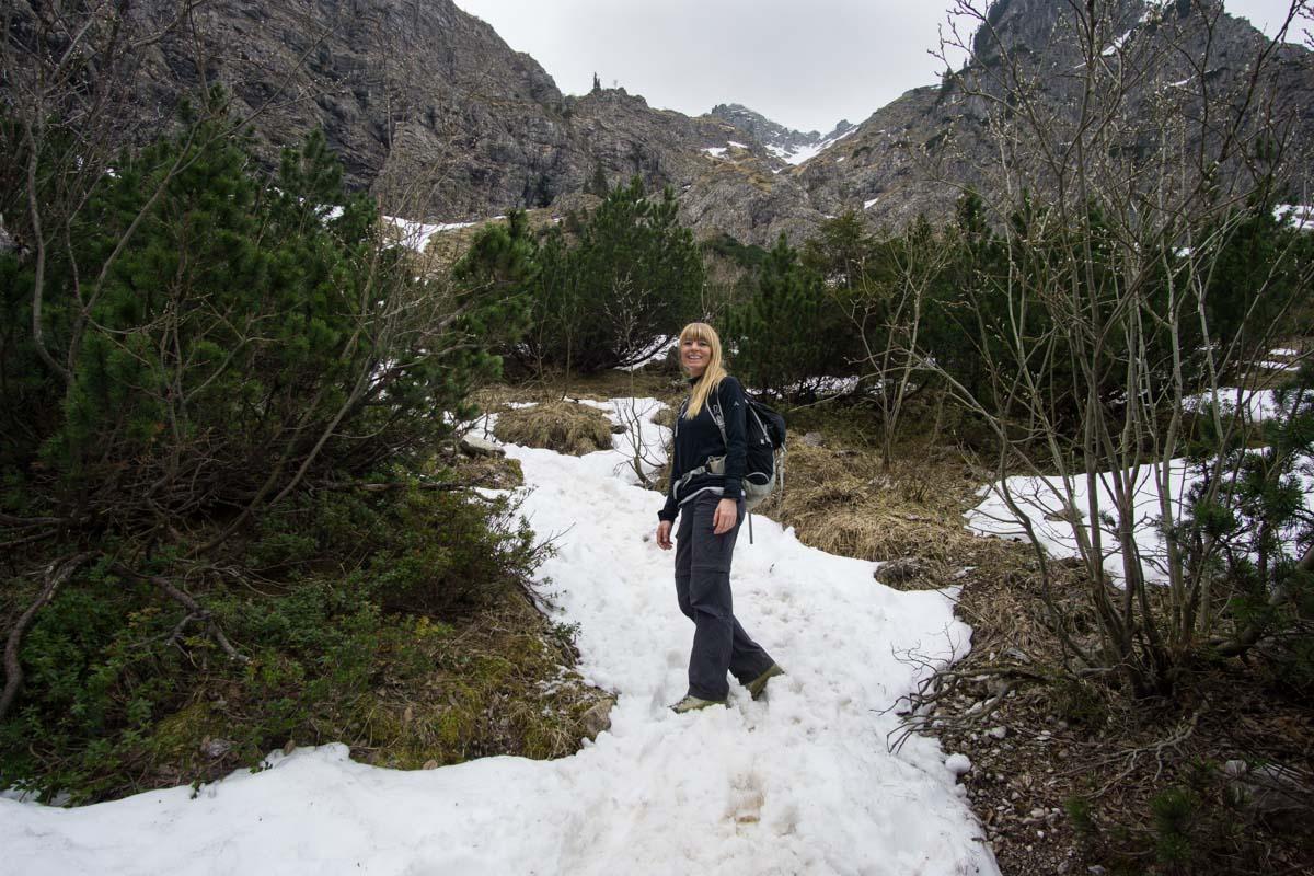 Schneereste auf dem Wanderweg zum Schrecksee
