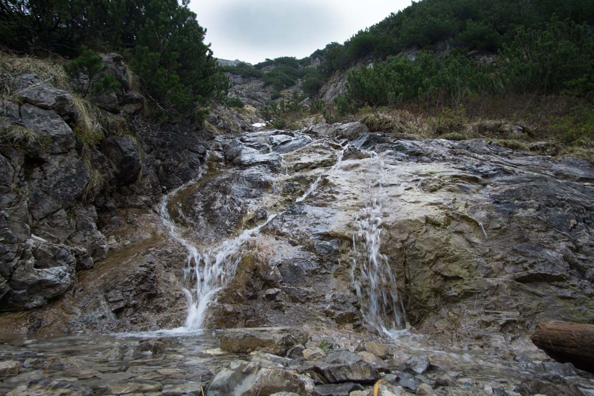 Wasserfall auf dem Wanderweg zum Schrecksee