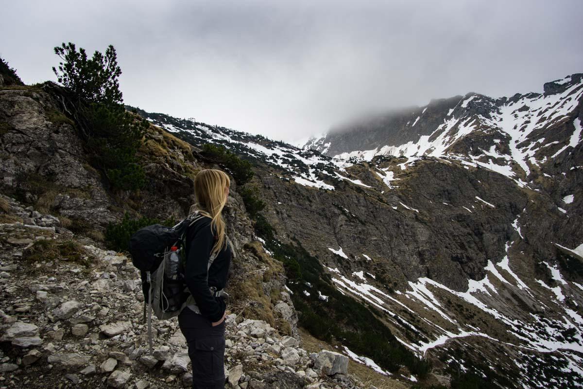 Wanderweg zum Überqueren der Felswand