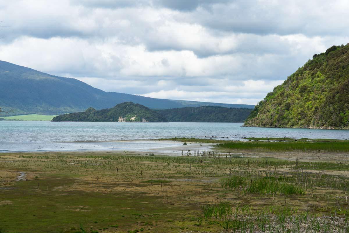 Lake Rotomahana im Waimangu Volcanic Valley in Neuseeland