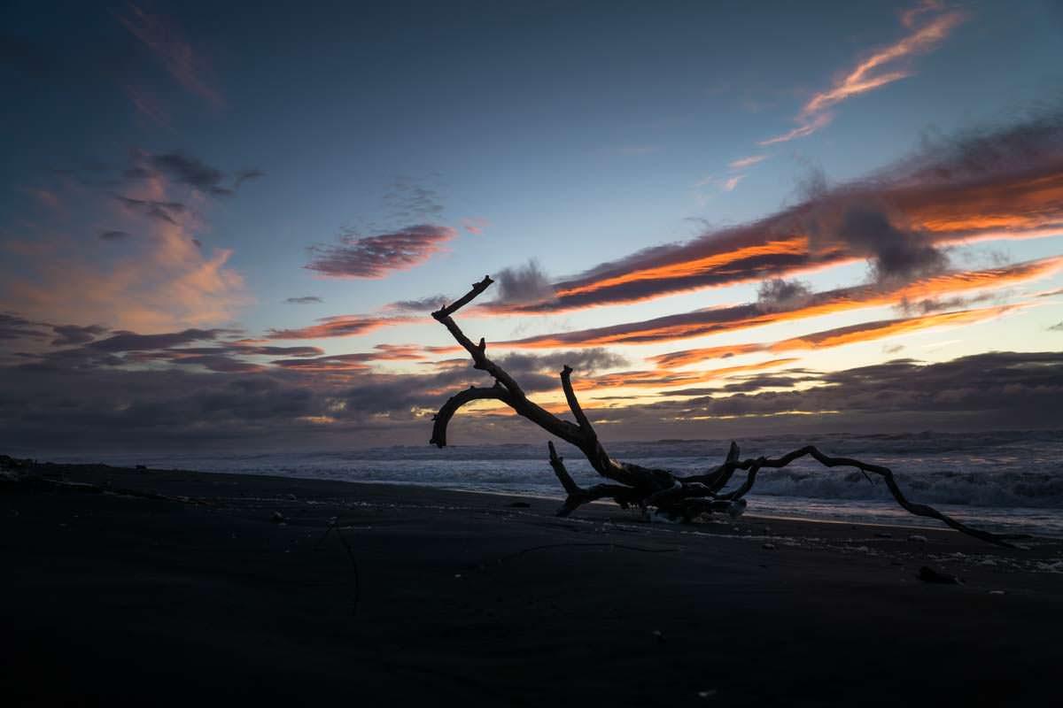 Sonnnenuntergang am Strand von Awakino Heads, Neuseeland
