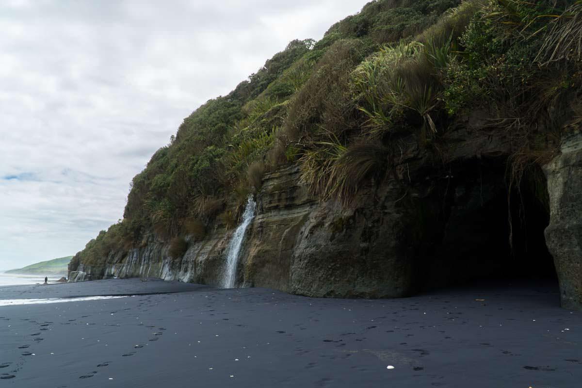 Wasserfall am Awakino Beach in Neuseeland
