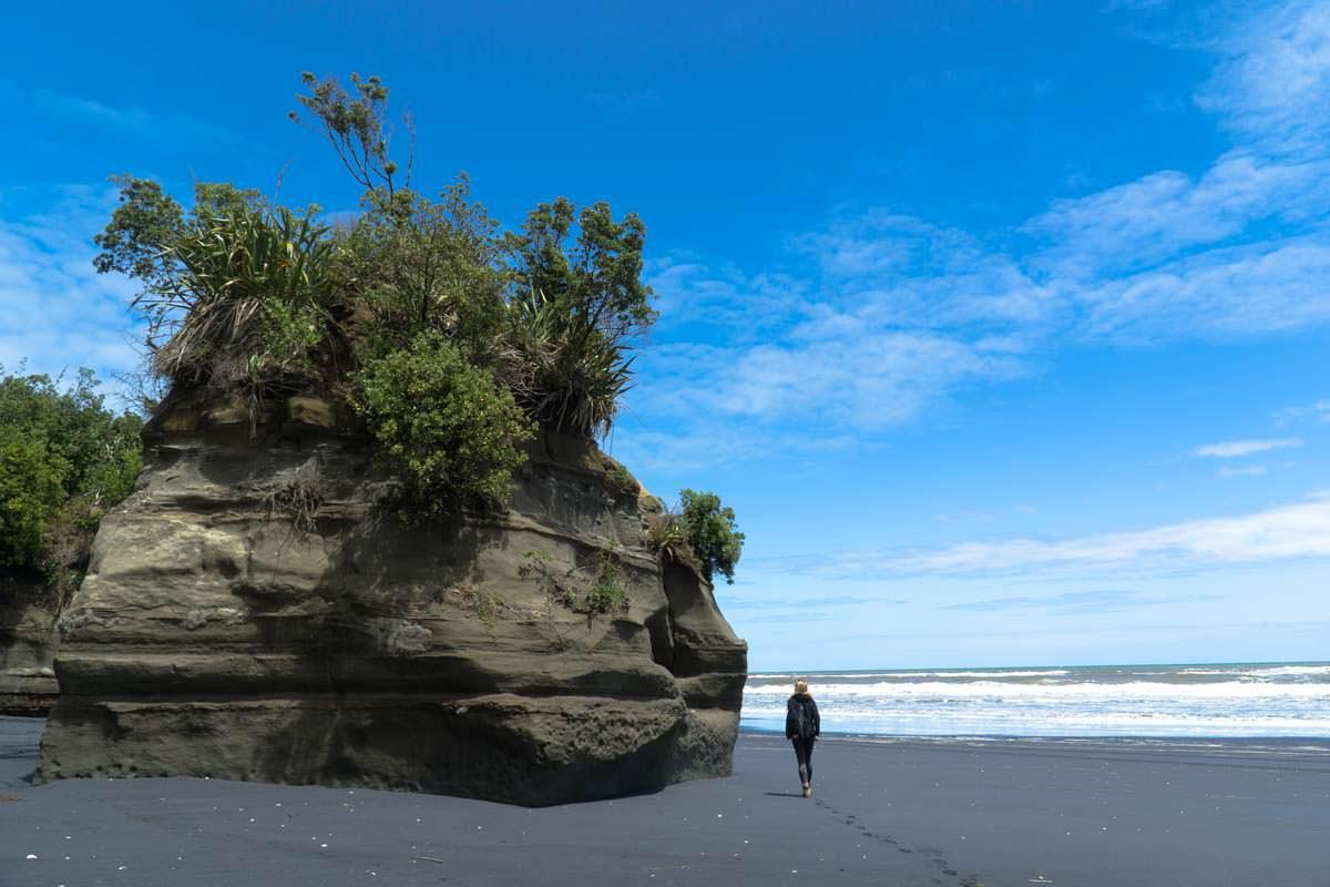 Boulder am Mokau Beach in Neuseeland