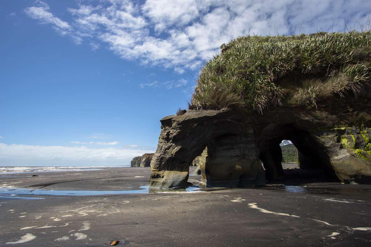 Tunnel am Strand von Tongaporutu, Neuseeland