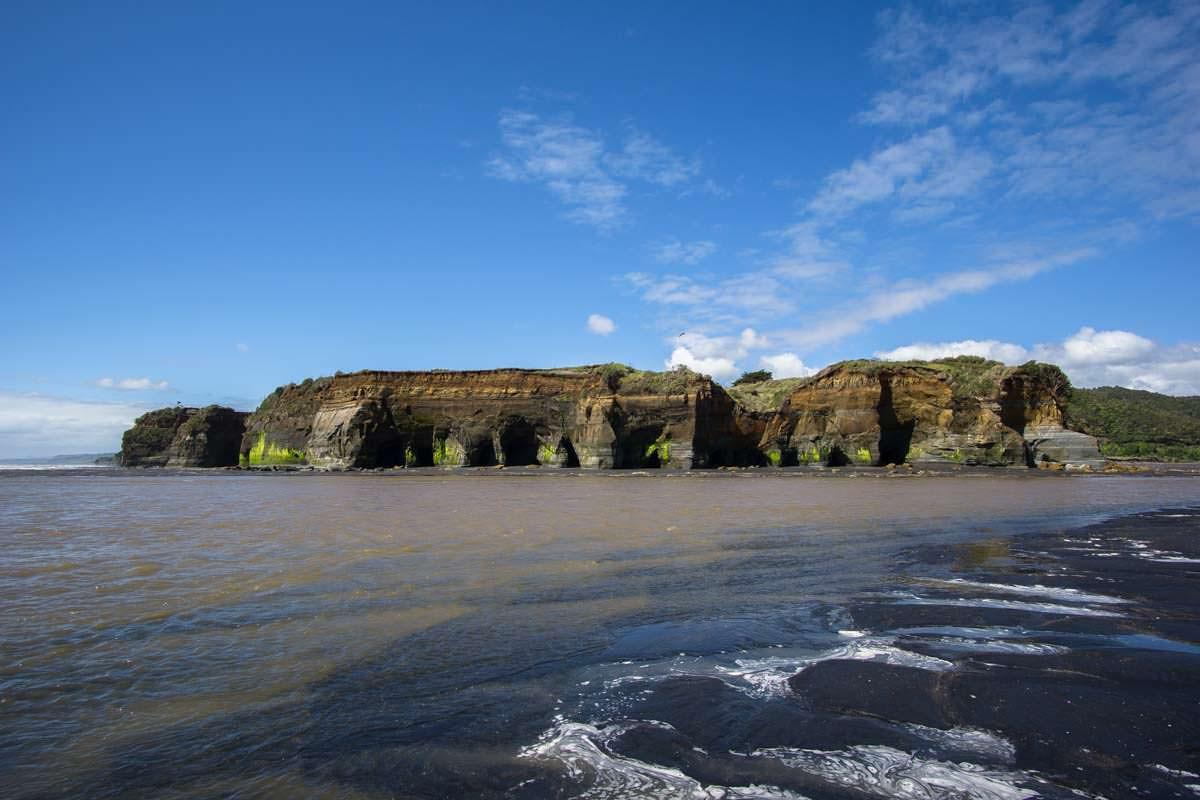 Fluss am Strand von Tongaporutu, Neuseeland