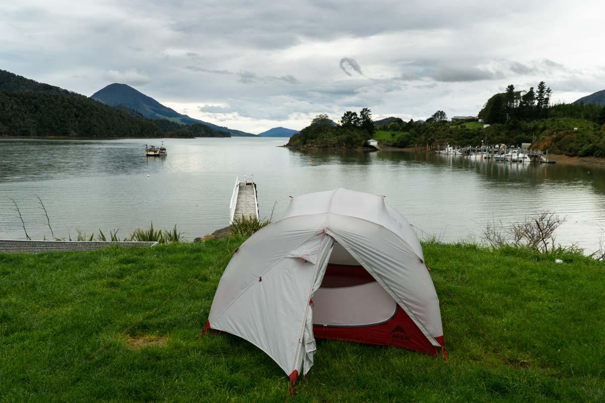 DOC Campingplatz in der Elaine Bay in Neuseeland