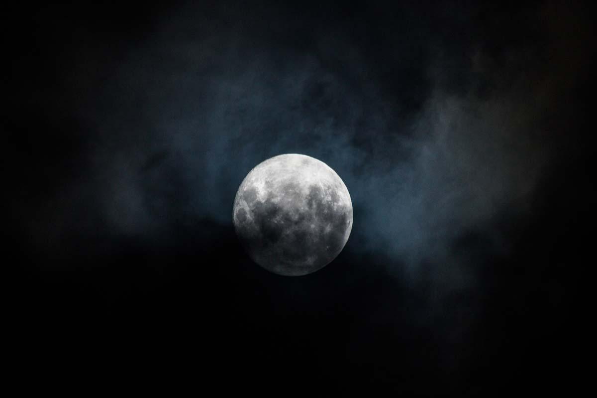 Vollmond mit Wolken in Neuseeland
