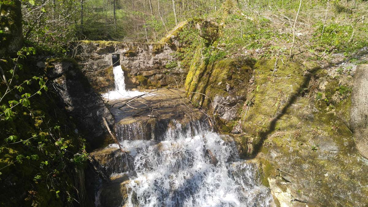 Kleiner Wasserfall beim Aufstieg zur Thaler Höhe