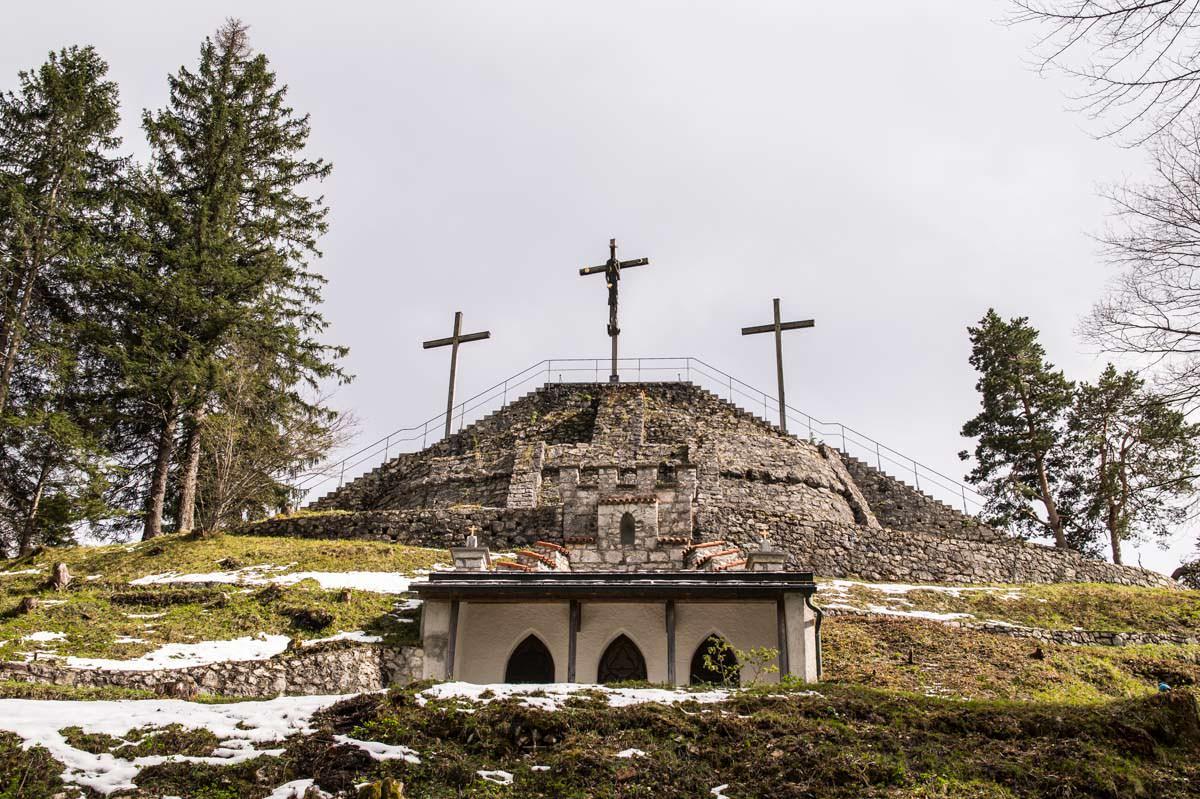 Gang durch Bergkuppe und drei Gipfelkreuze auf dem Kalvarienberg in Füssen