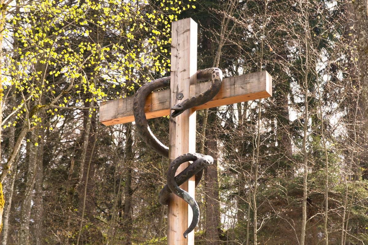 Kreuz mit Schlange auf Kalvarienberg in Füssen