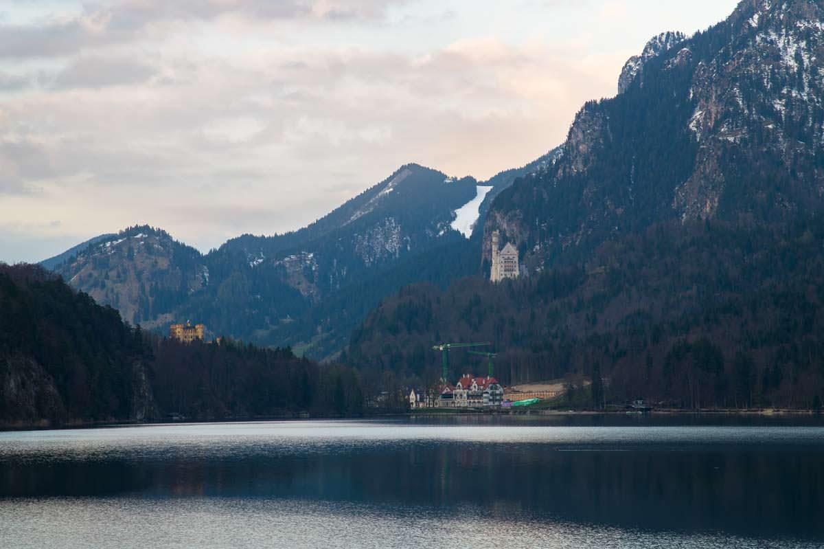 Blick vom Alpsee auf Schloss Neuschwanstein und Schloss Hohenschwangau mit Tegelberg im Hintergrund