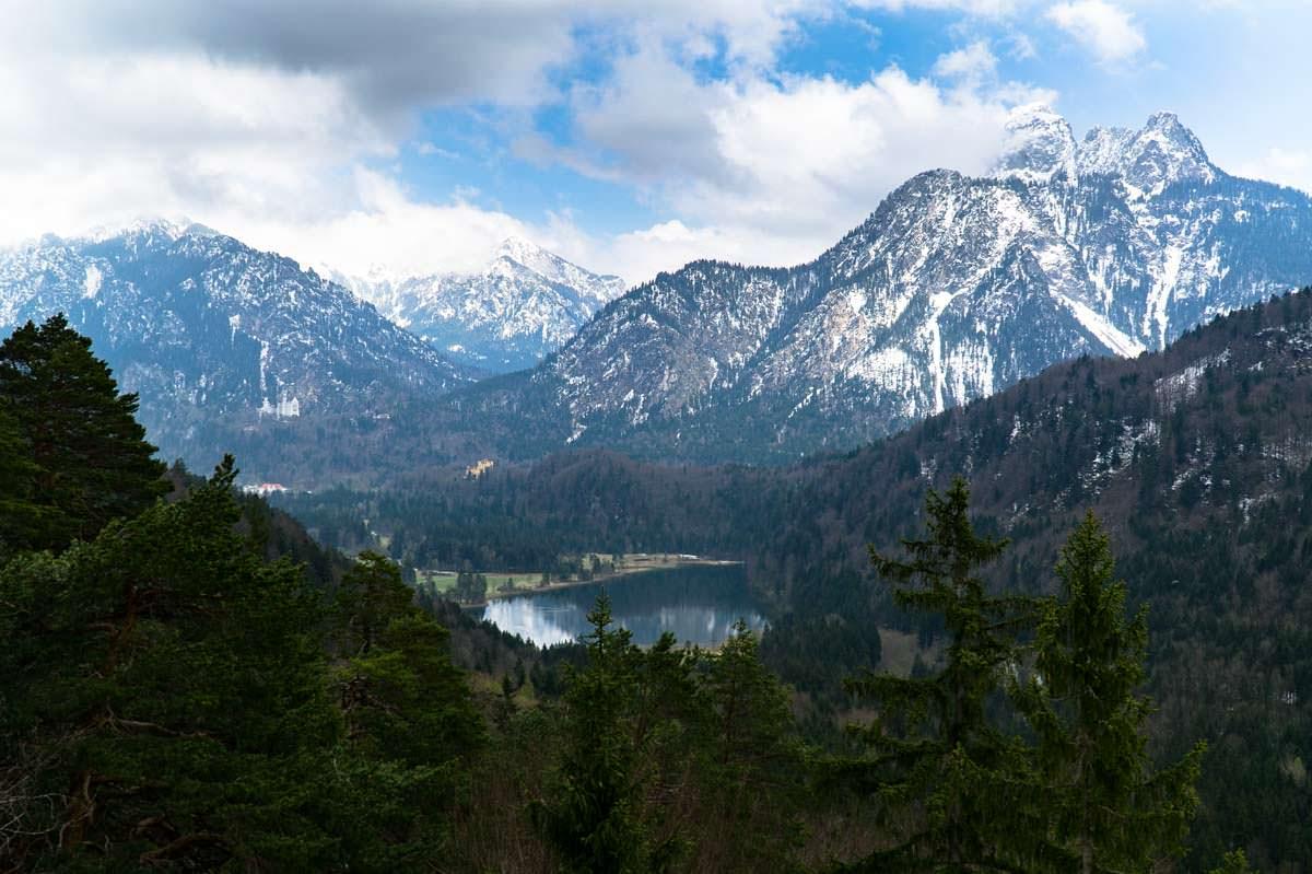 Aussicht vom Kalvarienberg auf den Schwansee und die Königsschlösser