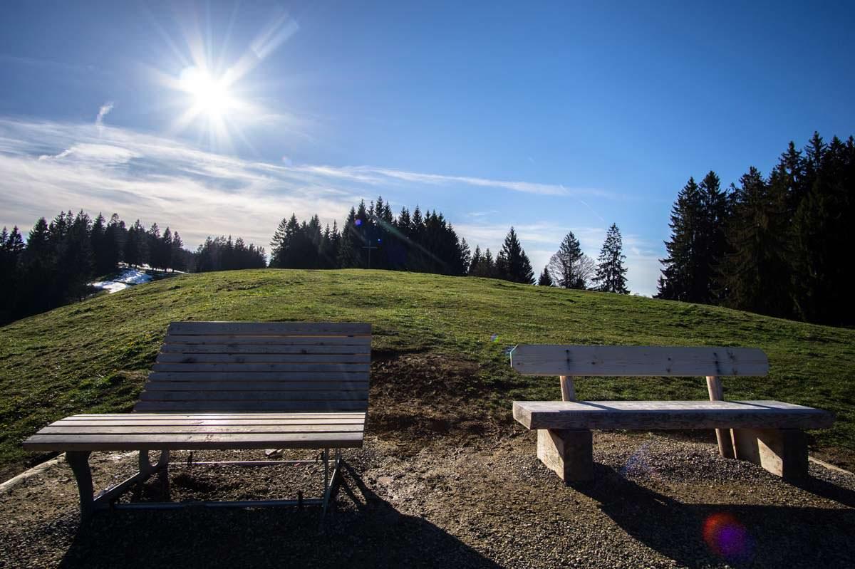 Bänke am Aussichtspunkt Seeblick über dem Alpsee
