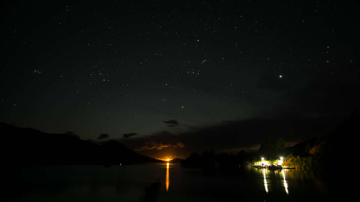 Nachthimmel mit Mondaufgang über der Elaine Bay, Neuseeland