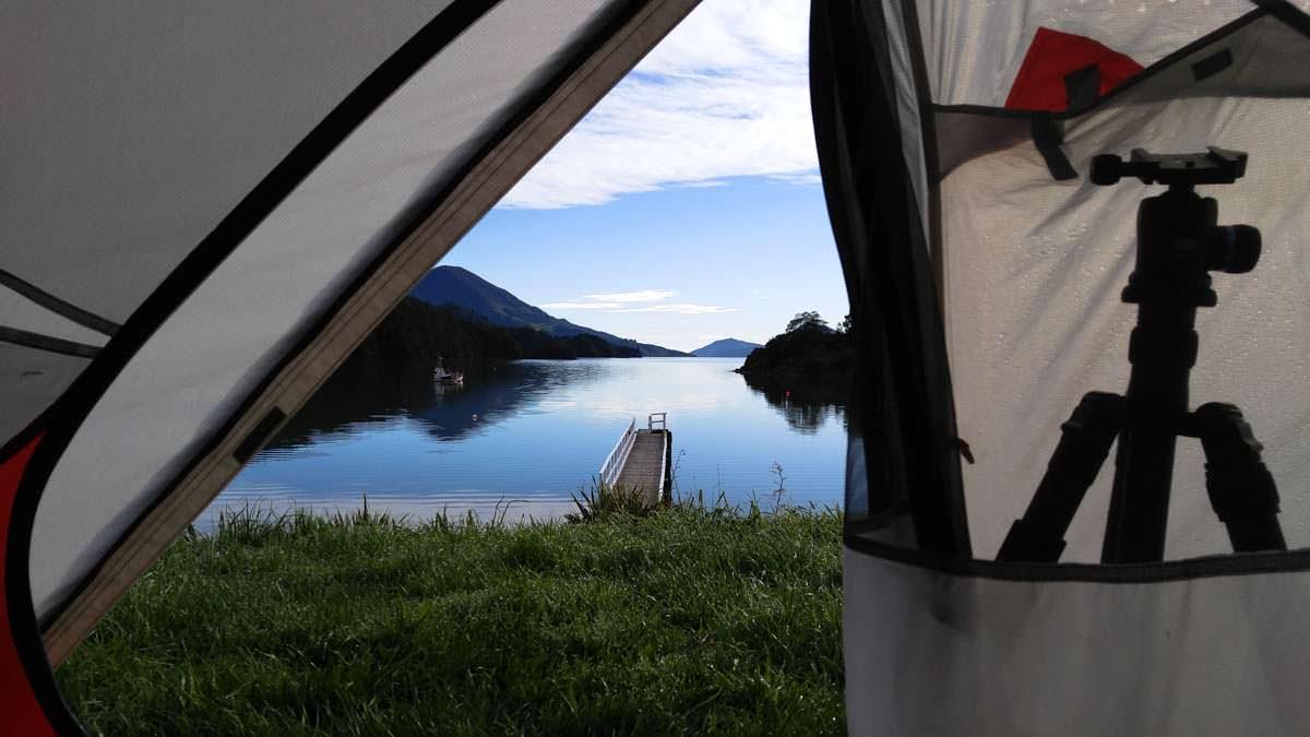 Blick aus unserem Zelt auf die Elaine Bay in Neuseeland