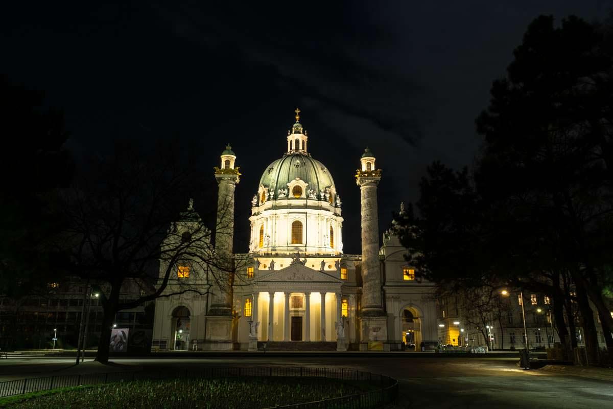 Karlskirche in Wien bei Nacht (Fotoparade)