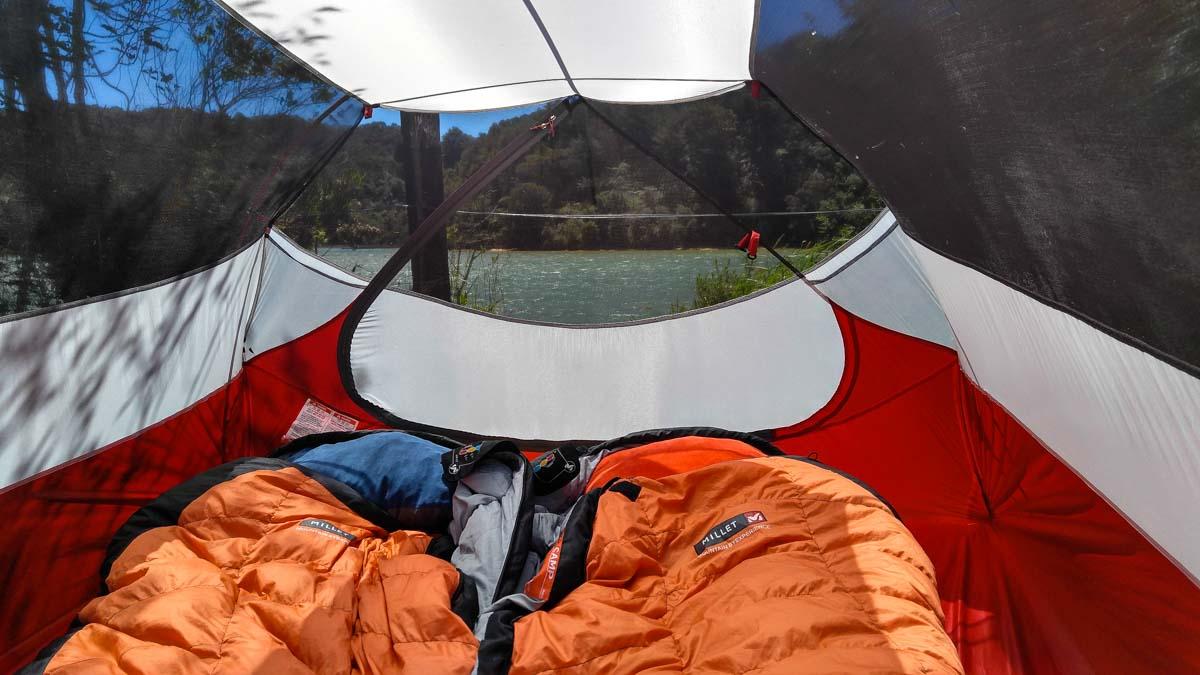 Zelt im Totaranui Campground im Abel Tasman Nationalpark in Neuseeland