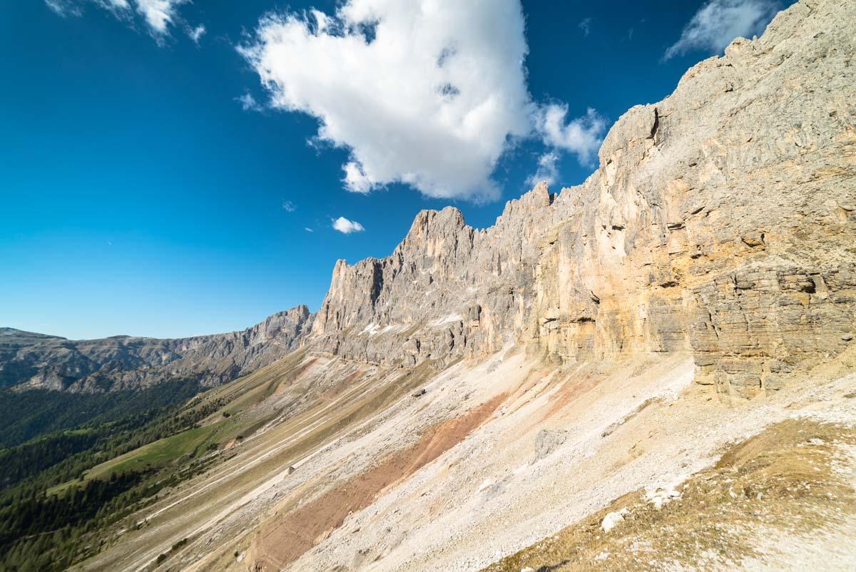 Blick auf den bunten Baumannkamm in den Dolomiten