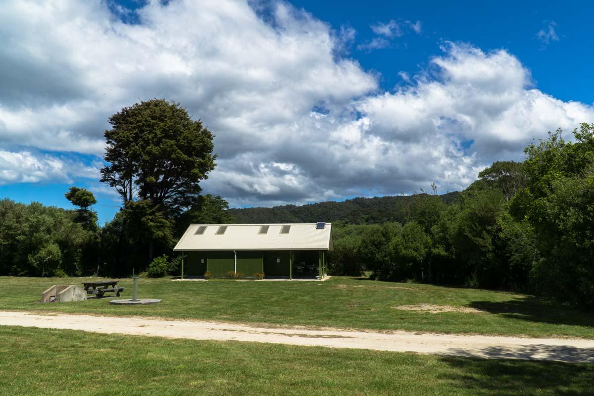 Waschhaus im Totaranui Campground im Abel Tasman Nationalpark in Neuseeland