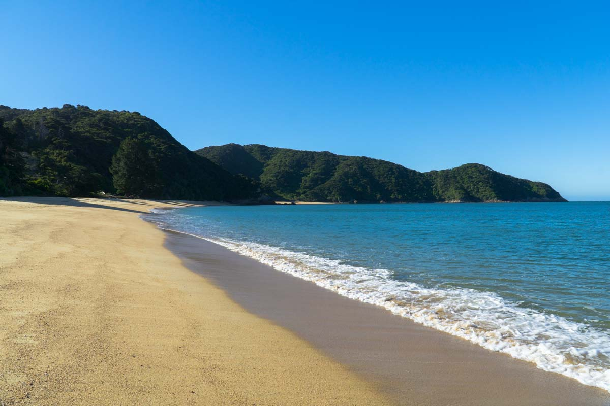 Goldener Sandstrand in der Mutton Cove im Abel Tasman Nationalpark in Neuseeland
