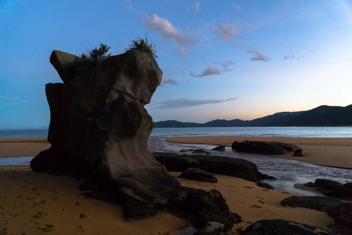 Bucht bei Sonnenuntergang im Abel Tasman Nationalpark