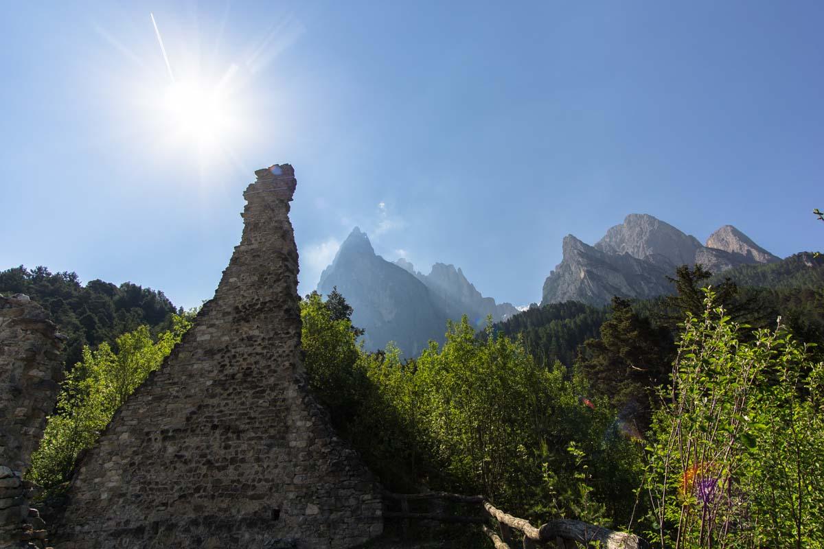 Ruine Salegg mit Schlern im Hintergrund