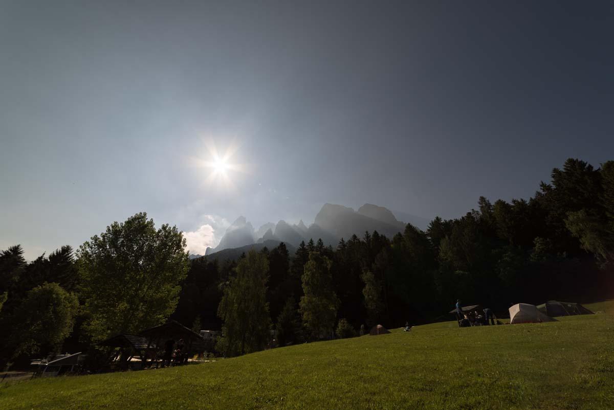 Blick von der Zeltwiese des Camping Seiser Alm auf den Schlern