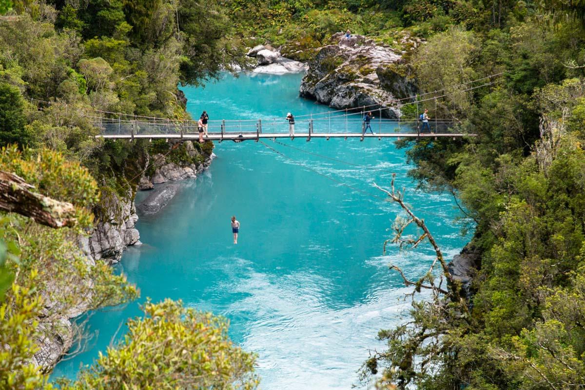 Brückenspringer in der Hokitika Schlucht in Neuseeland